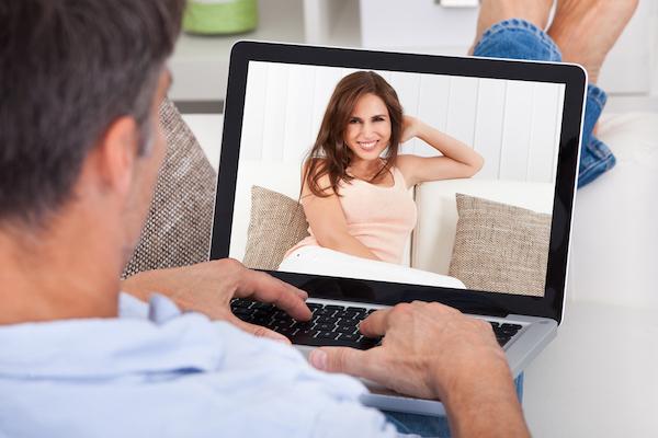 Benefits-of-Online-Dating-Sites-voyeur